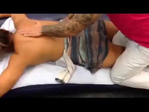 Massagem na feira erótica para a esposa relaxar