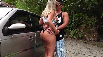 Mulher safadona lavando o carro e deixando a blusa transparente
