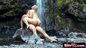 Casal fazendo sexo na cachoeira e o amigo filmando a cena