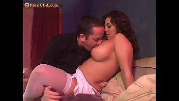 Chupando os peitos da mulher com chantilly