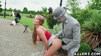 Ninfeta seduz coroa no parque mostrando os peitos