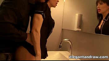 Casal safado se enfiou dentro de um banheiro público pra transar