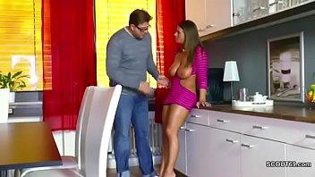 Patricinha linda seduz nerd e dá na cozinha